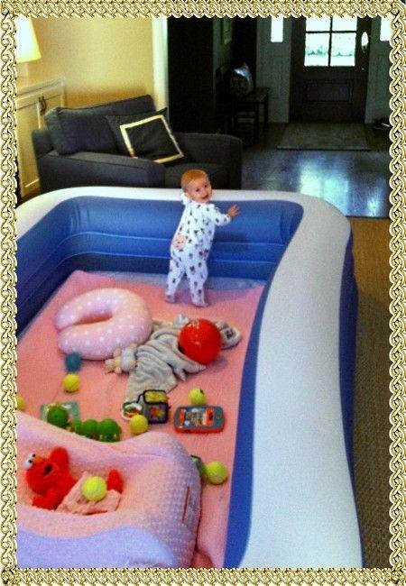 5. Надувной бассейн вместо манежа – замечательная идея. Много простора, мягкие бортики и так много всего вокруг можно рассмотреть.