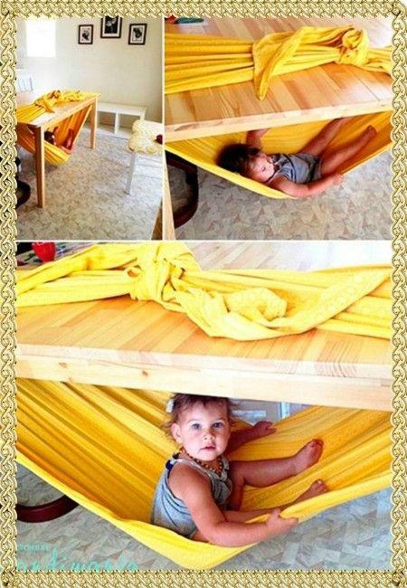 2. Сделайте гамак под столом при помощи простыни. Не удивляйтесь, если ребенок захочет вздремнуть там же, под столом.