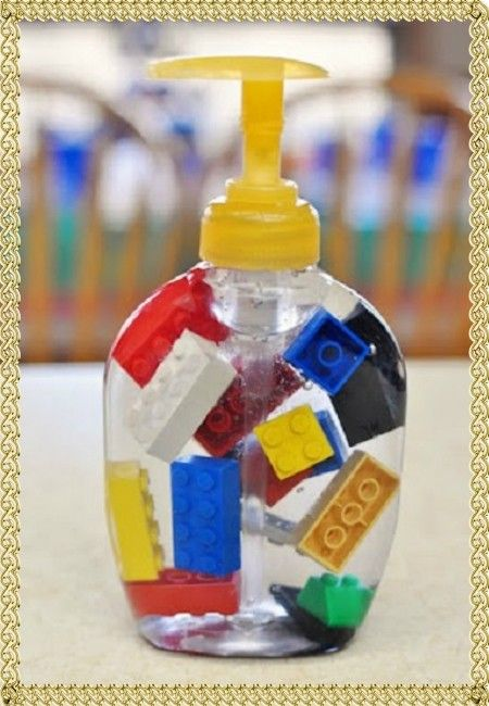 4. Сделать жидкое мыло более интересным помогут игрушки, которые можно поместить во флакон. С таким мылом невозможно остаться грязнулей.