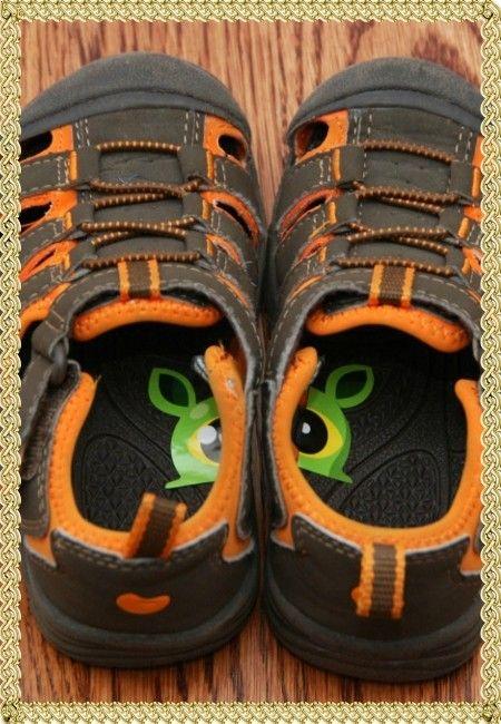 7. Обозначить правый и левый ботинок можно при помощи разрезанной наклейки. Такая небольшая хитрость поможет ребенку правильно обуваться.