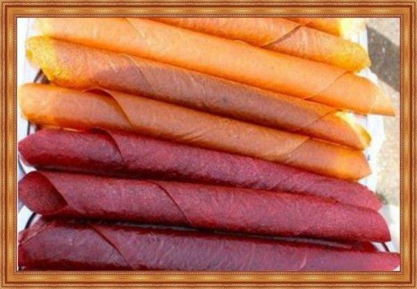 7. Пастила из алычи. Алыча - 2 кг, сахар - 1 кг, вода - 200 г, подсолнечное масло 2 ст. л. Алычу помыть и просушить на кухонном полотенце. Подготовить поверхности для сушки пастилы. Это могут быть обыкновенные противни или фанерные листы накрытые пергаментом и смазанные небольшим количеством подсолнечного масла. В емкость, в которой будет вариться алыча, налить воду, высыпать алычу и поставить томиться на плиту на среднем огне. Разомлевшие ягоды протереть через сито и опять поставить пюре на маленький огонь, добавив сахар. Уваривать алычу, постоянно помешивая деревянной лопаткой, до консистенции густого пюре. Снять с огня, аккуратно выложить на подготовленную поверхность тонким слоем (примерно 0.5см), распределяя пюре лопаткой. Сушить пастилу духовке на противнях, при минимальной температуре с приоткрытой дверцей духовки часа 2, или на воздухе, в тени 5-6 дней. Готовая пастила на ощупь не липнет, но и не трескается, она немного тянется. Хранят пастилу из алычи свернутой в рулончики, в целлофане и в прохладном месте.