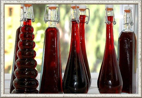 5. Вино из ежевики. Ингредиенты: 1,5 кг спелой ежевики, 1 кг сахарного песка, 1 л воды. Приготовление: Ежевику нужно перебрать, промыть и просушить. Растолочь до состояния пюре в эмалированной посуде. Приготовить из воды и сахара сахарный сироп и осторожно ввести его в ягодную массу. Тщательно перемешать. Налить получившееся сусло в стеклянный сосуд. Расстояние до горлышка должно быть достаточно большим, чтобы при брожении жидкость не вытекала. Плотно закрыть емкость, установив гидрозатвор. Оптимальная температура для естественного брожения – 17 градусов. Периодически перемешивать будущее вино, чтобы оно не покрылось плесенью. Через неделю профильтровать вино от мезги и перелить жидкость в чистую тару, установив на ней гидрозатвор. Через 2 месяца осторожно слить вино с осадка, разлить по чистым бутылкам и укупорить. Напиток будет полностью готов через 55-60 дней, но чем дольше он простоит, тем насыщенней будет вкус.