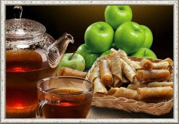 16. Пастила. Приготовить её можно таким образом: перекрутить на мясорубке яблоки, предварительно очистив от сердцевины, засыпать сахаром в расчёте на 1 кг яблок - 1 стакан сахара, хорошенько перемешать и выложить полученную массу на лист, слоем 3-5 мм, затем высушить.