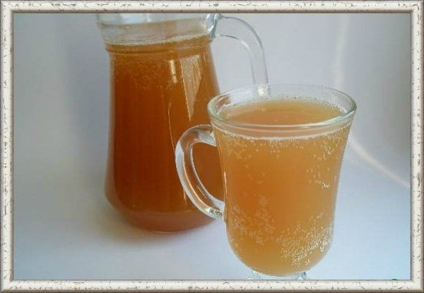 12. Квас яблочный. Продукты: яблоки 3 кг, сахар 2 кг, вода 10 литров, дрожжи сухие 10 г. Приготовление: яблоки с сахаром и литром воды варить в эмалированной кастрюле, пока не станут мягкими, или 10 минут в мультиварке. Размягчившиеся яблоки хорошо размять в пюре. Вылить получившееся пюре в большую бадью или кастрюлю. Залить родниковой водой. Можно не кипячёной, если чистая. Перемешать и остудить до комнатной температуры. Засыпать дрожжи. Накрыть марлей. Поставить бадью в тепло или на солнце на сутки. Профильтровать через марлю, разлить по герметичным пластиковым бутылкам. Поставить в погреб или холодильник на сутки. Квас сильно пенится из-за яблочного пектина, но пена - это как раз самое вкусное.