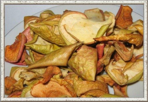 13. Сушь из яблок. Сушить яблоки лучше в электросушилке, но можно и на летнем солнышке, точнее в полутени. Для этого нарезаете яблочки тонкими ломтиками и раскладываете на блюде в полутени. Сохнуть они будут несколько дней. Опытные дачники нанизывают почти высохшие ломтики яблок на леску и развешивают около печи для досушки. В электросушилке тонкие ломтики яблок без шкурки сохнут полтора - два часа и остаются светлыми, ломтики потолще сохнут до четырех часов.