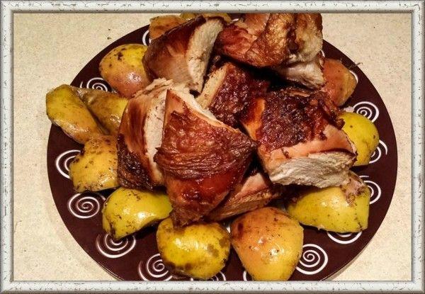 14. Курица с яблоками и сыром. Приготовьте курицу, разделите на порции, обжарьте, сложите в кастрюлю или утятницу. Добавьте 300 г томата, 2-3 луковицы, нарезанные кольцами, полкило очищенных и назрезанных на дольки недозрелых яблок. Посыпьте это блюдо сыром, натёртым на крупной тёрке, с сухарями. Полейте маслом и поставьте в духовку на час-полтора.
