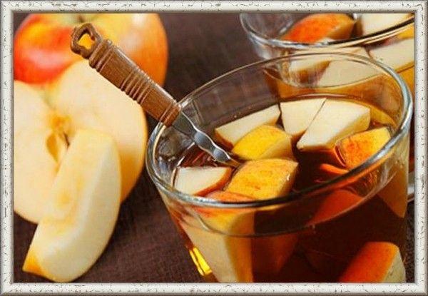3. Яблочный чай. Понадобится 1 л воды на 200 г яблочной кожуры. Слегка подрумянить кожуру в духовке и поместить в холодную воду, довести до кипения и выстоять 10-15 мин. Напиток подается с медом или сахаром.