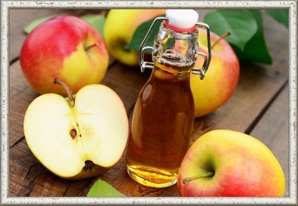 4. Уксус яблочный. Промытые плоды яблок и кожуру поместить в емкость, залить теплой водой с добавлением сахара (примерно 30 г на 1 л). Емкость обвязать чистой салфеткой и поставить в теплом месте на несколько дней, пока вся жидкость не осядет на дно. Перебродившую массу нужно отжать через марлю и сцедить уксус. Продукт хранить в бутылках в закупоренном виде.