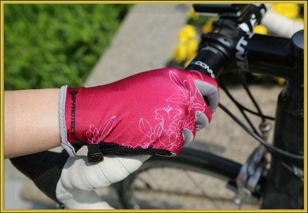 8. Старайтесь всегда ездить в перчатках. Эта привычка убережет ваши руки при падении (как правило, они страдают чаще всего), а также сохранит ваши ладони от появления мозолей.