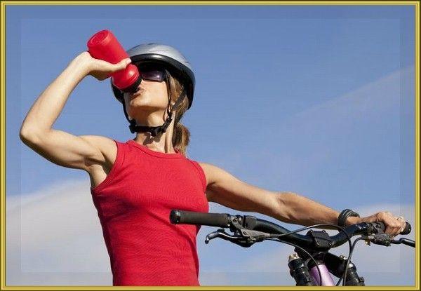 6. Пить воду во время велосипедной прогулки нужно довольно часто. Делайте несколько небольших глотков каждые 15-20 минут. Это поможет поддерживать водный баланс в организме и не даст вам быстро выбиться из сил.