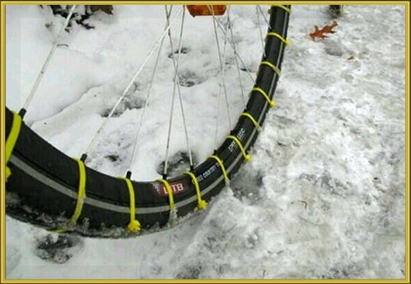 11. Надумали покататься на велосипеде зимой? Обмотайте колесо велосипеда хомутами так, чтобы замочки были расположены по краям покрышек. Это обеспечит хорошее сцепление шин с дорогой, даже если земля покрыта снегом или тонкой коркой льда.