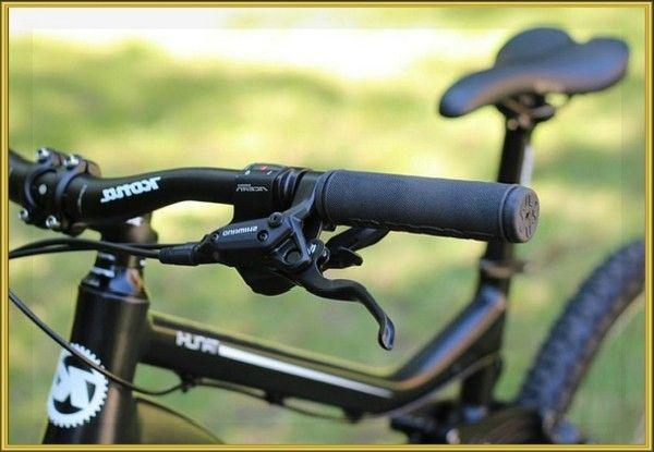 13. В ручке велосипедного руля есть место для небольшого тайника. Если у вашего железного коня снимается заглушка на ручках, можете хранить там деньги или другие мелкие предметы, необходимые в пути.