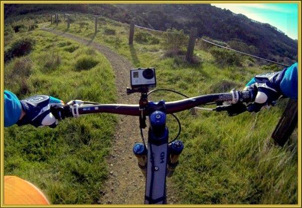 15. Решив установить видеокамеру на своем велосипеде, крепите ее не на ручках руля (как на фото), а на короткой перемычке, ведущей к ним. Так изображение будет четче, а дрожание камеры – меньше.