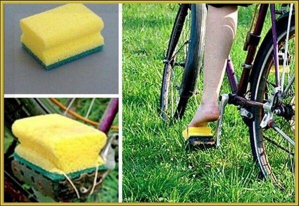 12. Решили прокатиться на велосипеде босиком? Тогда этот лайфхак для вас. Закрепите мочалки для мытья посуды на педали с помощью резинок или пластиковых стяжек и спокойно снимайте надоевшую обувь.