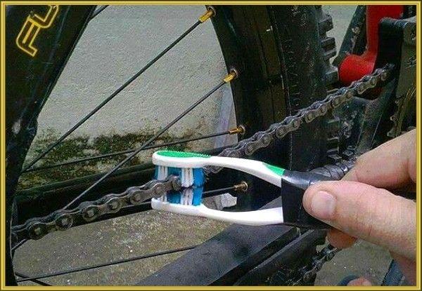2. Почистить цепь в пути можно, не снимая ее с велосипеда. Как? Воспользуйтесь двумя старыми зубными щетками, соединенными между собой скотчем или изолентой. Полейте на цепь немного обычной воды, расположите цепь между щеток и прокрутите педали. При необходимости повторите процесс. После чистки обязательно смажьте цепь машинным маслом.