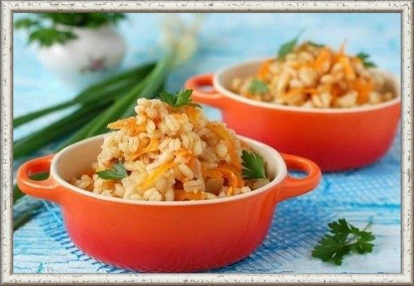 13. Перловая каша с овощами в мультиварке. Ингредиенты: перловая крупа – 1 ст. лук репчатый – 1 небольшая головка, морковь свежая – 1 шт., томаты свежие – 1-2 шт., соль (лучше морская) — по вкусу, растительное масло – 1 ст. л., немного свежей или сушеной зелени. Лук очень мелко нашинкуем, морковку натрем на мелкой терке. Томаты разрежем пополам и натрем так же на терке. В чаше мультиварки слегка обжарим овощи на подсолнечном масле. Всыплем промытую в холодной воде перловую крупу, добавим соль и свежую или сушеную зелень (петрушка, укроп). Зальем водой и перемешаем. Готовить такую кашу нужно в режиме «мультиповар» не меньше 2-х часов.
