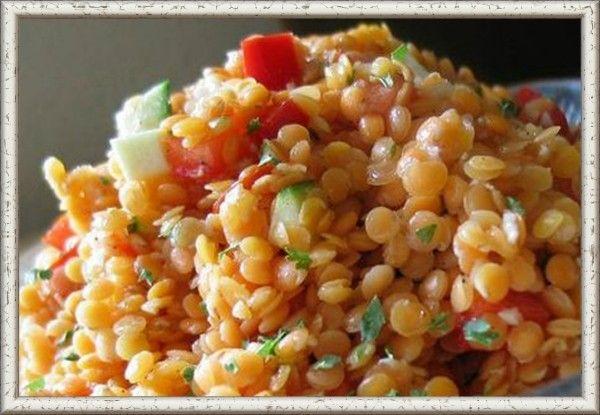 2. Каша из чечевицы с овощами и рисом в мультиварке. Ингредиенты: чечевица – 1 ст., 200 г гавайской смеси (замороженные овощи с рисом) или любые свежие овощи и 1 ст. риса, растительное масло, соль. Чечевицу промываем в холодной воде. Моем и нарезаем свежие овощи или отмеряем замороженную смесь. Все ингредиенты всыпаем в чашу мультиварки. Солим по вкусу. Заливаем чечевицу с рисом и овощами водой. Вода должна быть выше крупы на толщину двух пальцев. Включаем мультиварку на режим «каши» или «мультиповар». Готовую кашу тщательно перемешиваем и добавляем 1 ст. л. любого масла.