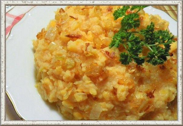 1. Гороховая каша. Ингредиенты: горох — 1 ст., морковь — 1 шт., болгарский перец — 1 шт., лук репчатый — 1 шт., зелень, сливки — 100г, соль — по вкусу. Перед приготовлением горох следует замочить на ночь. Утром промоем горох и отправляем его в кастрюлю, заливаем водой в соотношении 1:2. Варится он в среднем 40 минут, а наша задача - периодически его помешивать, чтоб не пригорал. Далее добавляем соль и сливки и разминаем в пюре. Чтобы каша была ароматнее и вкуснее, сделаем овощную добавку. Для этого мелко покрошим овощи: морковь, лук, болгарский перец. Потушим их с небольшим количеством воды. Тушеные овощи и свежую зелень добавим к гороховой каше и все вместе перемешаем.