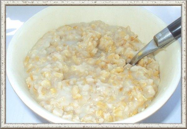14. Перловая каша на молоке. Ингредиенты: перловая крупа — 1 ст., молоко — 1 литр, масло сливочное. С вечера замачиваем стакан крупы в литре холодной воды. Утром крупу промываем и засыпаем в подогретое до 40 градусов молоко. Затем ставим кастрюлю на плиту и даем закипеть молоку. Кипятить его нужно не больше 5 минут, чтобы на дне не пригорало. После этого снимаем с огня и делаем кашке водяную баню (ставим в большую кастрюлю с горячей водой и снова отправляем на плиту на самый маленький огонь). Вариться ей там предстоит от 3 до 6 часов. Но будьте уверены - она отлично будет развариваться без вашего участия. Готовую кашу сдабриваем маслом и сахаром или медом по вкусу.