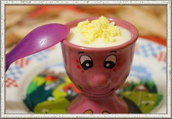 4. Манная каша с перепелиным желтком для грудничка. Ингредиенты: манная каша, перепелиное яйцо. Отвариваем перепелиное яйцо 3 минуты в кипящей воде и остужаем в холодной. Очищаем от скорлупки и достаем желток. Вилкой разминаем его до состояния пюре. Добавляем растертый желток к заранее сваренной манной каше. Годовалому ребенку можно предлагать более густую манную кашу, а желток раскрошить, не растирая.