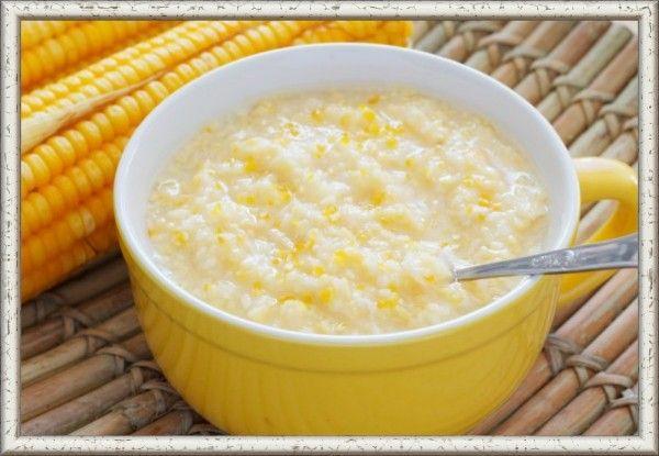3. Кукурузная каша на молоке. Ингредиенты: кукурузная крупа — 3 ст. л., вода — 200 мл, молоко — 100 мл, кусочек сливочного масла. Варим в воде кукурузную крупу. Время варки примерно 20 мин на слабом огне. В готовую массу добавляем молоко. И снова ставим на огонь, доводим нашу смесь до кипения. После чего переключаем на мелкий огонь и варим еще минут 5-10. Или выключаем огонь и настаиваем на, пока еще, горячей плитке. В конце варки добавляем сливочное масло и перемешиваем. Можно добавить в кашу размятый до состояния пюре банан. Делать это надо после снятия каши с огня.