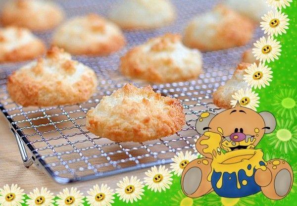 """2. Кокосовое печенье. Продукты: яйца - 1-2 шт., сахар - 150 г, кокосовая стружка - 150 г. Приготовление: Смешать сахар и яйцо. Взбить миксером, чтобы сахар полностью растворился. Добавить кокосовую стружку. Тщательно перемешать. Тесто для кокосового печенья должно быть достаточно густым, чтобы его можно было формировать руками. При необходимости нужно добавить еще кокосовой стружки. Включить духовку (разогреть до 190 градусов). Застелить противень пергаментом. Сформировать печенье влажными руками. Поставить противень в верхнюю часть духовки. Кокосовое печенье выпекать 15-20 минут при температуре 180-200 градусов до золотистого цвета. Остудить кокосовое печенье в духовке. Это печенье можно также приготовить в микроволновой печи. Для этого выложить сформированное печенье на пергаментную бумагу. Выпекать кокосовое печенье можно и на микроволнах, и в режиме """"гриль"""" 5-6 минут."""
