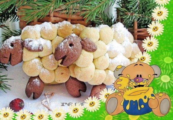"""9. Печенье """"Овечки"""". Продукты: маргарин комнатной температуры - 100 г, яйцо - 1 шт., сахар - 100 г, мука - 200 г, какао порошок - 1 ч. л., разрыхлитель - 0,5 ч. л., соль - 0,5 ч. л. Приготовление: в размягченное масло добавить сахар, растереть. Добавить яйцо, соль. Перемешать и понемногу всыпать часть просеянной муки, перемешивая массу до однородности. Добавить разрыхлитель. Затем всыпать постепенно еще часть муки. Посыпать стол мукой. Выложить на стол 2/3 замеса, быстро замесить мягкое тесто, положить в пакет и поместить на 30 минут в холодильник. В оставшееся тесто добавить какао, перемешать. Выложить темное тесто на стол с мукой. Также быстро замесить мягкое тесто и поместить в холодильник на 30 минут. Из части светлого теста скатать колбаску и нарезать ее небольшими равными кусочками. Каждый кусочек скатать в шарик. Так же сделать коричневые шарики. Сформировать печенье """"Овечки"""". На противень, покрытый пергаментом, выложить шарики из теста определенным образом, чтобы получились овечки. Из темного теста сделать голову и ножки, аккуратно оформить их с помощью зубочистки. Выпекать печенье """"Овечки"""" в предварительно разогретой духовке примерно 15 минут при температуре 180 градусов."""