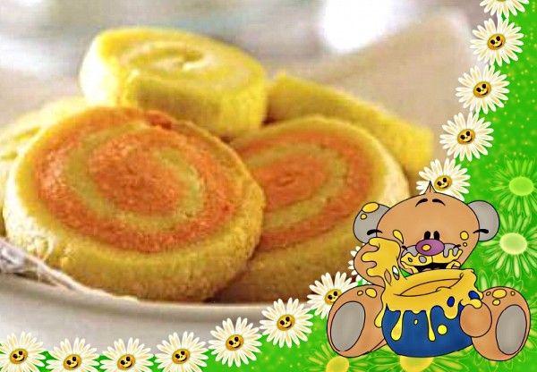 15. Цитрусовое печенье. Продукты: масло сливочное (размягченное) - 125 г, яичный желток - 1 шт., мука - 200 г, разрыхлитель - 1 ч. л., соль - 1/8 ч. л., сахар - 100 г, ванильный экстракт - 1 ч. л., лимонный экстракт - 0,25 ч. л., апельсиновый экстракт - 0,5 ч. л., краситель пищевой желтый и красный - по 3 капли. Приготовление: в миске смешать муку, разрыхлитель и соль. В другой миске взбить сливочное масло с сахаром до кремообразного состояния. Добавить ванильный экстракт и яичный желток, хорошо перемешать. Постепенно ввести муку, замесить однородное тесто. Из пергамента вырезать два больших квадрата, присыпать сахарной пудрой. Тесто разделить на 4 части. В две части добавить лимонный экстракт и желтый краситель, в оставшиеся две - красный краситель и апельсиновый экстракт. Взять один кусок «лимонного» теста, положить между двух листов пергамента и раскатать скалкой прямоугольник размером 30х15 см. Так же поступить с «апельсиновым» куском теста. Положить его на «лимонный» пласт, свернуть длинным рулетом, завернуть в пищевую пленку и положить рулет в холодильник на 30 минут. Проделать ту же процедуру с оставшимися двумя кусками теста. Включить духовку на 180 градусов. Охлажденное тесто достать из холодильника (по одному рулету) и нарезать кружочками толщиной 5 мм. Выложить эти кружочки на два больших противня на расстоянии 2,5 см друг от друга. Поместить в разогретую духовку, выпекать 12-15 минут.