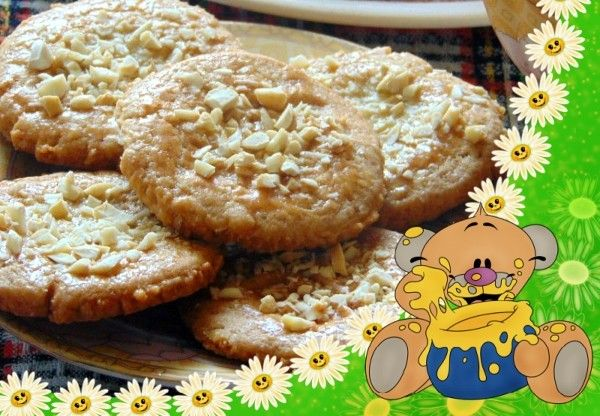 3. Ореховое печенье. Продукты: масло сливочное (размягченное, комнатной температуры) - 150 г, яйцо - 1 шт., орехи (миндаль, кешью, арахис) - 100 г, мука - 230 г (примерно 1,5 стакана), сахарная пудра - 70 г, ванильный сахар - 7 г, соль - 1 щепотка. Приготовление: измельчить орехи. Половину муки смешать с дроблеными орехами, сахарной пудрой, ванильным сахаром, щепоткой соли. Добавить размягченное масло и перемешать. Добавить яйцо и перемешать. Всыпать остальную муку и вымесить гладкое однородное тесто. Положить в холодильник на 20 минут. Выложить тесто на середину пергамента, накрыть вторым листом пергамента. Раскатать в тонкий пласт толщиной 3-5 мм. Выдавить формочками печенье. Пергамент с печеньем перетянуть на противень. Выпекать в заранее разогретой до 180 градусов духовке 10-15 минут, до золотистого цвета.