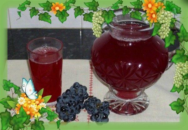 11. Виноградный компот на зиму без сахара стерилизованный. Продукты: на банку объемом 0,5 л - 300 грамм винограда, на литровую банку - 600 грамм, на 3-х литровую - 1,8 кг. Приготовление: ягодки аккуратно отобрать от кисти и хорошенько промыть под проточной водой. Виноградинки поместить в заранее стерилизованные банки и залить горячим сиропом. Накрытые банки нужно поместить в емкость с нагретой до 55 градусов водой и пастеризовать при 85 градусах. В зависимости от размера банки, время пастеризации меняется. Банку объемом 0,5 литров нужно кипятить 20 минут, 1 литр – 25минут и 3-х литровую 40 минут.
