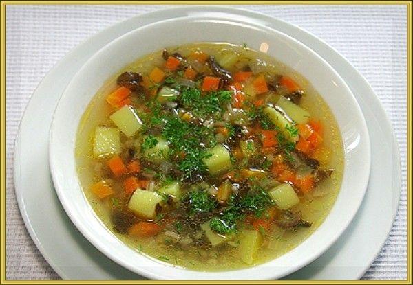 15. Картофельно-овсяный супчик. Продукты: мясной бульон, 2 средних картофелины, 2 ст. ложки натёртой на крупной тёрке моркови, ½ луковицы, 2 ст. ложки овсяных хлопьев, зелень, соль, растительное масло. Приготовление: К кипящему бульону добавить нарезанный кубиками картофель. Посолить. Варить на среднем огне 5 минут. В это время лук мелко нарезать и слегка обжарить вместе с морковью на растительном масле. К картофелю добавить обжаренные овощи и овсяные хлопья. Варить до готовности 5-7 минут. В конце варки добавить зелень.