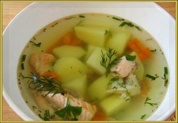 14. Простой рыбный суп. Приготовление: 50-100 г рыбного филе, 1 картофелина, ½ моркови, 1 маленькая луковица, 1 лавровый лист, зелень, соль. Приготовление: Картофель нарезать кубиками, луковицу очистить (не нарезать), морковь натереть на крупной тёрке, филе нарезать кусочками. В кипящую воду добавить целую луковицу, картофель и морковь. Варить 5 — 7 минут. Затем добавить рыбу и лавровый лист. Посолить. Варить ещё 15 минут. В конце варки добавить зелень. Когда суп будет готов вынуть луковицу и лавровый лист, они больше не понадобятся.