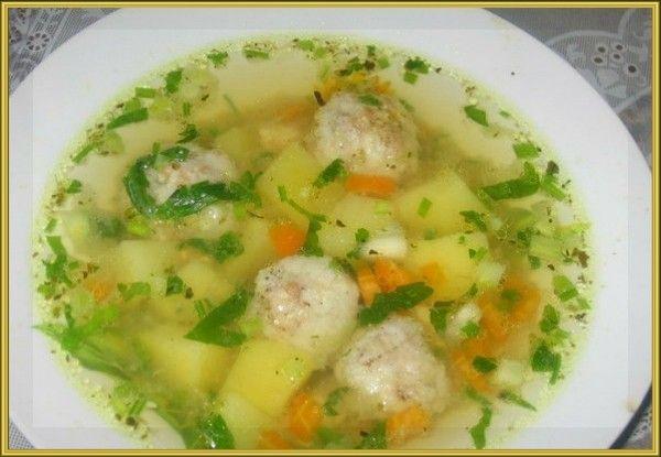 4. Рыбный суп с фрикадельками. Продукты: филе рыбы 100 г, вода 2, 5 стакана, яичный белок 1 шт., молоко 1 стол ложка, мука 1 ст. ложка, картофель 1 шт., манная крупа 1 чайная ложка, зелень, соль. Приготовление: Отварить до готовности рыбное филе (12-15 минут) в двух стаканах воды. Готовое филе измельчить в блендере. Добавить к рыбе яичный белок, муку и молоко. Хорошенько перемешать. Аккуратно влажными руками сформировать фрикадельки. Рыбный бульон довести до кипения, положить в него картофель, нарезанный кубиками, посолить и варить 5-7 минут. Всыпать манную крупу, постоянно помешивая. Вновь довести до кипения, положить в суп фрикадельки. Варить на медленном огне 10-15 минут. За несколько минут до готовности добавить зелень.