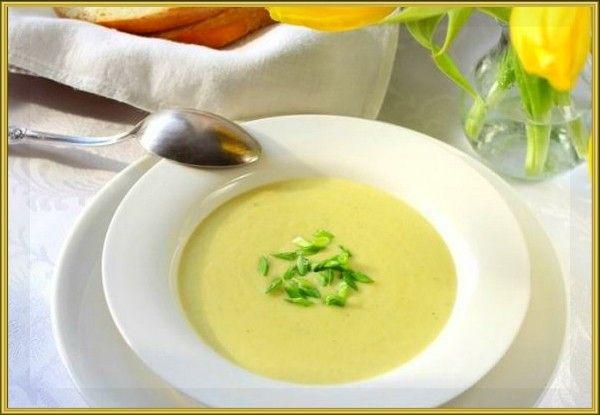 18. Картофельный суп-пюре с сельдереем. Продукты: 2 стебля сельдерея, 3 средних картофелины, ½ лука, 700 мл куриного бульона, 50 мл сливок 10% , соль, оливковое масло. Приготовление: Сельдерей нарезать кубиками, лук мелко нарезать. Обжарить лук и сельдерей на оливковом масле 2-3 минуты. Картофель нарезать кубиками. Добавить к бульону картофель, лук и сельдерей. Посолить. Довести до кипения, убавить огонь и варить до готовности картофеля 15-20 минут. Овощи с добавлением бульона измельчить в блендере до состояния супа-пюре. Влить сливки. Поставить на огонь, довести до кипения и проварить на среднем огне 1 минуту.