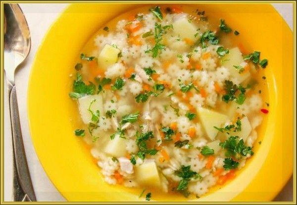 7. Суп «Звёздочка». Продукты: 50-100 г куриного филе, 1 картофелина, 2 стол ложки макаронных изделий «Звёздочка», ¼ луковицы, 1/3 моркови, зелень. Приготовление: Куриное филе положить в кипящую воду и варить до готовности 20-25 минут. Готовое мясо вынуть, дать остыть, мелко нарезать. В кипящий бульон положить нарезанный кубиками картофель, убавить огонь и варить 10 минут. К картофелю добавить мелко нашинкованный лук, макаронные изделия и натёртую на крупной тёрке морковь. Варить ещё 15-20 минут. За пару минут до готовности добавить нарезанное куриное филе и зелень.