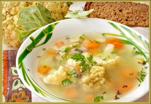 2. Суп «Весенний» с цветной капустой. Продукты: 100 г куриного филе, 1 картофелина, несколько соцветий цветной капусты, половина сладкого перца, 1 стол ложка мелкой вермишели, зелень. Приготовление: сварить куриное филе в достаточном количестве воды до готовности 20-25 мин. Вынуть мясо, добавить картофель и соцветия цветной капусты. Довести до кипения, уменьшить огонь и варить 15 минут. Добавить лапшу и порезанный на кусочки сладкий перец. Варить ещё примерно 7 минут, добавить зелень.
