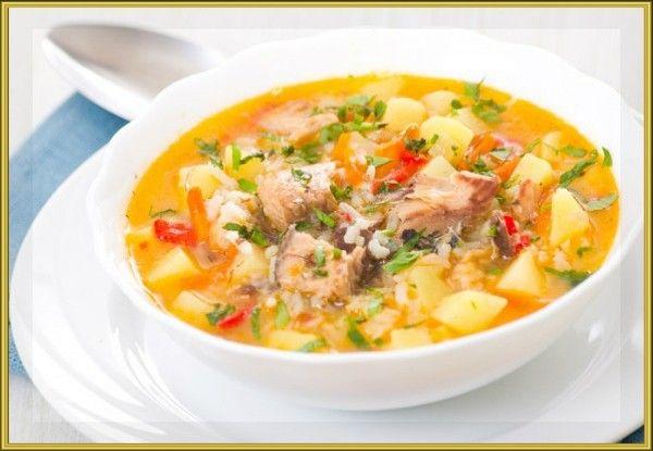 10. Рисовый суп с рыбой. Продукты: 100 г рыбного филе, 1 стол ложка (с горкой) риса, 1 картофелина, 1 чайная ложка растительного масла, 1 стол ложка моркови, натертой на крупной тёрке, зелень. Приготовление: рыбное филе сварить до готовности (15 минут). Воду слить, рыбу остудить и размять вилкой. В кипящую воду засыпать промытый в холодной воде рис, варить 10-15 минут на слабом огне периодически помешивая. Добавить к рису нарезанный кубиками картофель и морковь. Варить ещё 10 минут, затем добавить измельченную рыбу, зелень и растительное масло. Проварить ещё две минуты.