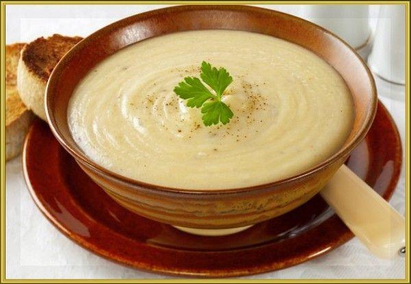 20. Суп-пюре из цветной капусты с сыром. Продукты: 2 картофелины, 300 г цветной капусты, ½ репчатого лука, ½ средней моркови, 100 мл козьего молока, козий сыр, зелень и соль по вкусу. Приготовление: в кипящую воду засыпать мелко нарезанный лук, натертую морковь, мелко нарезанный картофель. Варить до полу готовности картофеля. Затем добавить, разобранную на соцветия, цветную капусту, посолить, добавить зелень и варить минут 10. Затем часть бульона слить в кружку и добавить в кастрюлю молоко, дать покипеть 5 -7 минут. К бульону в кружке добавить часть бульона из кастрюли. Теперь можно взбить полученный суп, блендером. Если суп-пюре получается густым, добавляем готовый бульон из кружки, до получения нужной густоты супа-пюре. Подавать суп, посыпав тертым козьим сыром.