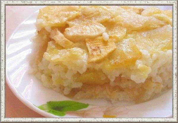 11. Запеканка рисовая с яблоками (от 10 месяцев). Продукты: рис 2 ст. л., вода 0.5 ст., молоко 1 ст., сахар 1 ч. л., сухари 1 ч. л., йогурт 1 ст. л., яблоко 1 шт., яйцо 1 шт. Приготовление: рис перебрать, тщательно промыть, высыпать в кипящую подсоленную воду, варить до полуготовности, затем влить горячее молок и варить до готовности. Готовую кашу снять с огня, заправить яичным желтком, добавить соль, сахар, взбитый белок и аккуратно перемешать. Форму для запекания смазать маслом, присыпать панировочными сухарями. На дно выложить половину рисовой каши. Сверху на рис выложить слой яблок, посыпать сахаром, на яблоки сверху выложить оставшуюся часть риса. Верх запеканки разровнять, побрызгать сливочным маслом, запечь в разогретой духовке.