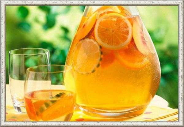 7. Компот из ревеня «Изюмно-лимонный». Продукты: изюм 300 г, ревень (черешки) 300 г, лимон (среднего размера) 1 штука, сахар по вкусу, вода 3 литра. Приготовление: подготовьте изюм, промыв его несколько раз под проточной водой. Ревеневые черешки хорошо помойте от земли, уберите жесткие волокна и порежьте стебли маленькими кубиками. Лимон помойте и порежьте кубиками вместе с кожурой. Налейте воды в кастрюлю, где будет вариться компот, поставьте на огонь, добавьте туда сахар. Едва вода в кастрюле закипит, опустите туда изюм, ревень, лимон и варите около 15 минут под крышкой. Через этот промежуток времени компот из ревеня будет готов.
