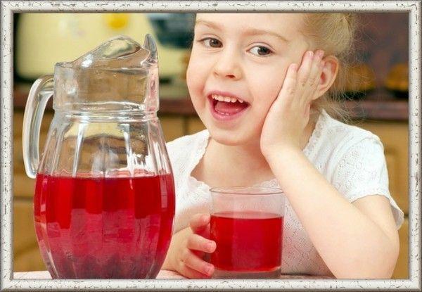 1. Брусничный морс с мятой. Продукты: брусника 500 г, мята перечная свежая, вода 3 литра, сахар по вкусу. Приготовление: протрите через сито ягоды брусники. Выжимки положите в кастрюлю, где будете варить морс, а сок поставьте на время в холодное место. Налейте туда же воды, добавьте сахар, и листья помытой мяты, поставьте на огонь. Доведите до кипения, и сразу же снимайте кастрюлю с плиты. Едва брусничный морс остынет, его нужно процедить через марлю, добавить к напитку брусничный сок и перемешать.