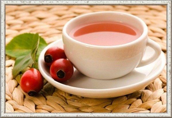 15. Компот из шиповника. Продукты: шиповник (сухие ягоды) — несколько горстей, вода — литр-полтора, сахар или мед — по вкусу. Приготовление: подготовьте ягоды: в глубокой миске немного растолките их ступкой. Не нужно превращать плоды в порошок — достаточно слегка размять. Налейте в кастрюлю воду и поставьте на огонь. После закипания добавьте шиповник и варите около 5-7 минут. Затем снимите кастрюлю с компотом с огня и оставьте остывать и настаиваться.
