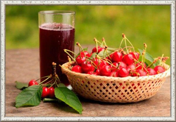 2. Компот из вишни. Продукты: 0.5 кг вишни, 1 литр воды, сахар – 7-8 столовых ложек, лимонная кислота – 1-1,5 г. Приготовление: ягоды вишни перебрать и промыть. Косточки можно оставить. Сначала приготовьте сироп: налейте в кастрюлю воду и поставьте на огонь. Доведите воду до кипения, добавьте сахар и лимонную кислоту. Для аромата можно также добавить немного ванилина. Доведите сироп до кипения и добавьте в него ягоды. Снова дайте компоту закипеть и выключайте огонь. Кастрюлю следует накрыть крышкой и оставить до полного остывания.