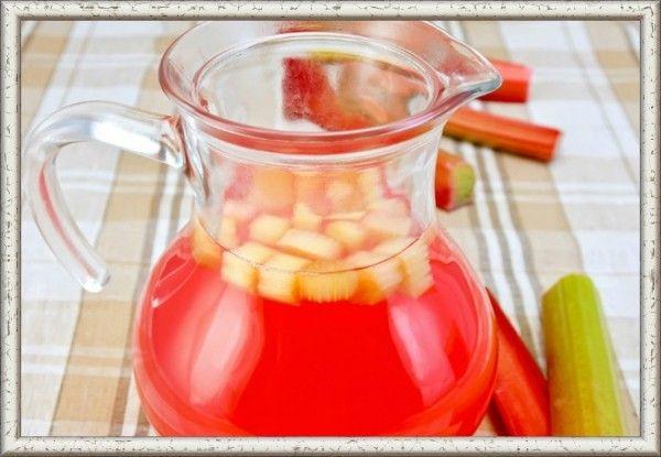 13. Компот из ревеня. Продукты: ревень (черешки) - 400 г, цедра 1 лимона, сахар по вкусу, вода очищенная 3 литра. Приготовление: помытые черешки ревеня порезать кубикам в 2-3 см длиной. Подготовить цедру лимона для компота. Налить воды в кастрюлю, где будете вариться компот, и дать ей закипеть. В кипящую воду опустить ревень и сахар, дать им повариться около пятнадцати минут. За три минуты до готовности опустить в кастрюлю цедру лимона и накрыть крышкой.