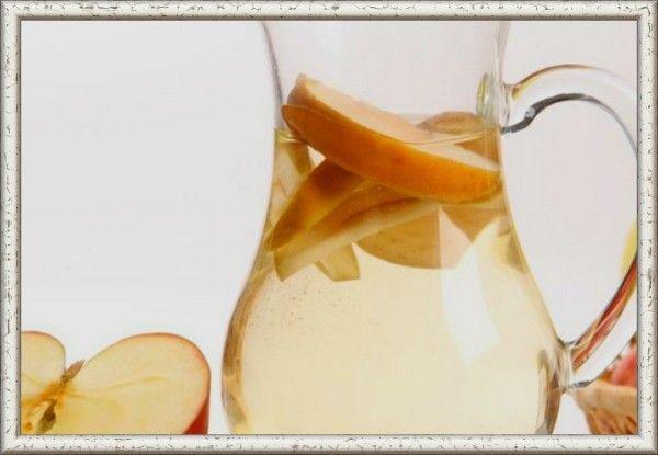 11. Компот грушево-яблочный. Продукты: 1 яблоко, 1 груша, вода - 0,5-0,7 литра. Приготовление: фрукты промыть, очистить от кожуры и нарезать мякоть небольшими кусочками. Сложить фрукты в кастрюлю и залить водой. Накрыть прозрачной крышкой, чтобы было видно, когда вода закипит. Открывать кастрюлю лишний раз нежелательно. Поставить кастрюлю на огонь. После закипания сразу снять с огня и оставить остывать и настаиваться. К фруктам можно положить столовую ложку сахара, если ребенок старше 1 года.