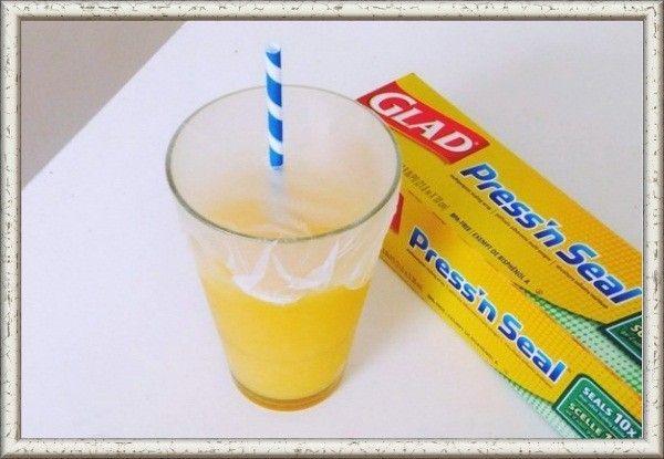 10. Оберните стакан пищевой пленкой и проделайте небольшое отверстие для трубочки, так ребенок не прольет свой напиток.