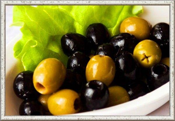 16. Чтобы легко и быстро удалить косточки из оливок, нужно раздавить их на столе дном миски.