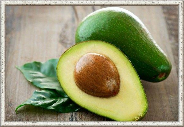 4. Чтобы разрезанный авокадо не почернел, сбрызни его яблочным уксусом или храни вместе с долькой лука.