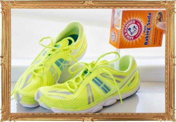 4. А если обувь уже стала источником неприятного аромата, засыпьте внутрь немного соды и оставьте в таком виде на ночь.