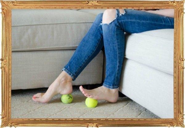 14. Болят ноги после дня на каблуках? Попробуйте перекатывать ступнями теннисные мячики. Бюджетный массаж усилит отток крови и поможет снять отёк.